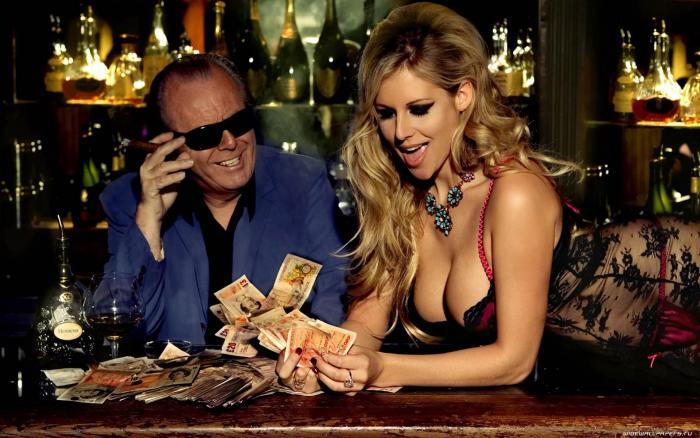 Деньги в руках девушки